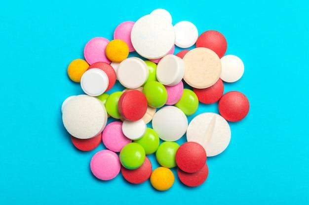 Comprimidos estão espalhados sobre azul