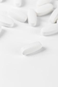 Comprimidos isolados no branco