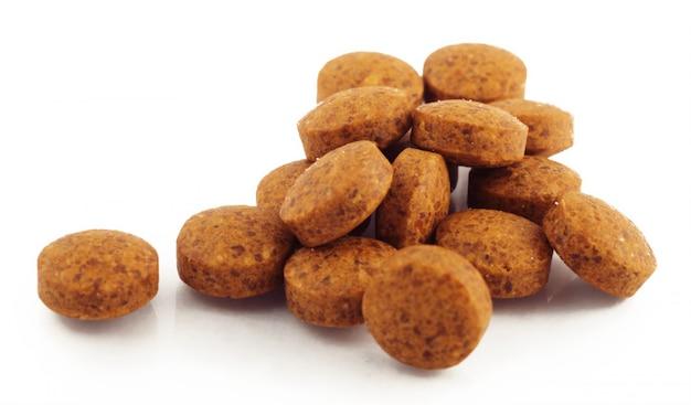 Comprimidos marrons pequenos isolados