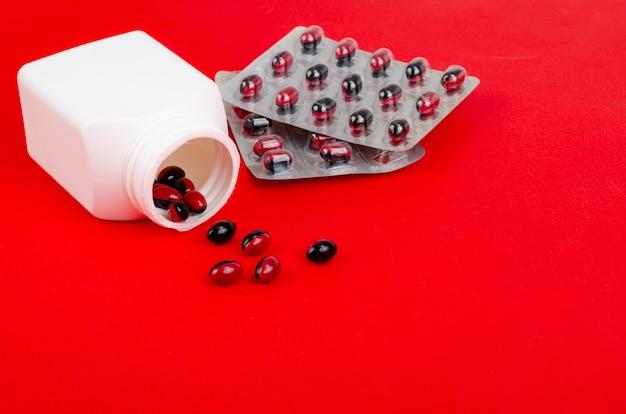 Comprimidos médicos bicolor em superfície brilhante