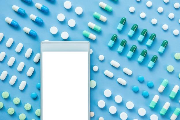 Comprimidos médicos e drogas com telefone móvel de tela vazia
