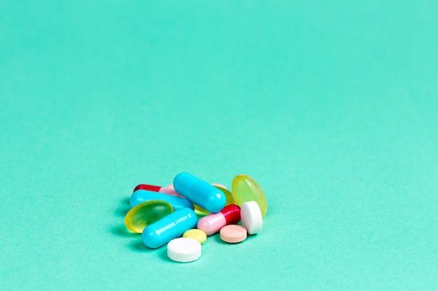 Comprimidos médicos multicoloridos ou comprimidos em um fundo sólido