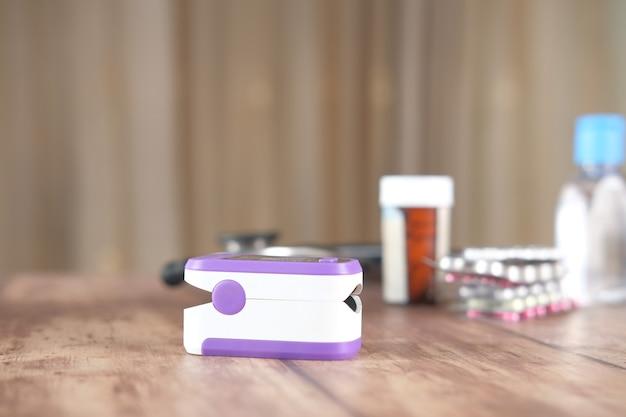 Comprimidos médicos para oxímetro de pulso e embalagem blister na mesa