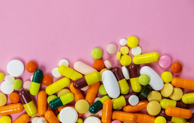 Comprimidos multicoloridos e cápsulas de medicamentos com foco seletivo de ômega 3, médicos