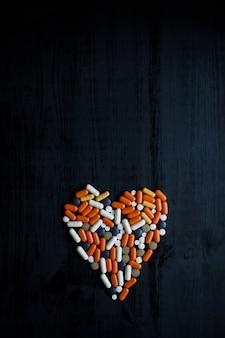 Comprimidos multicoloridos em fundo preto