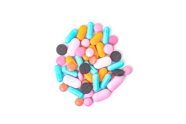 Comprimidos multicoloridos fecham em fundo branco isolado