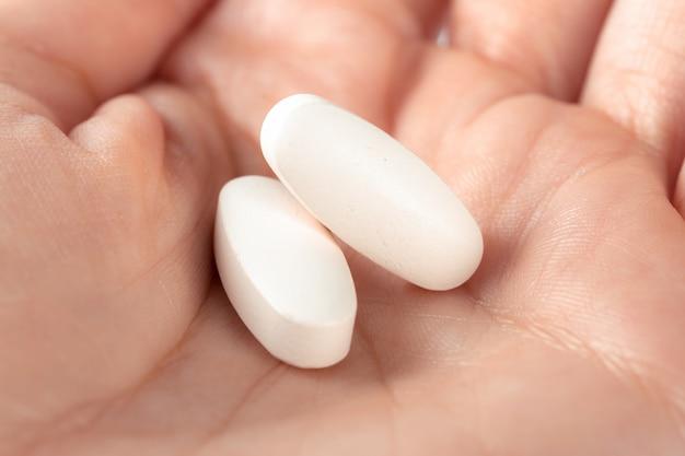 Comprimidos na mão da mulher