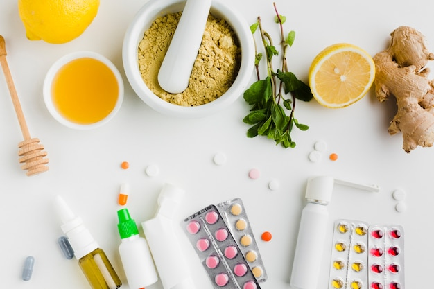 Comprimidos naturais de tratamento e farmácia, vista superior