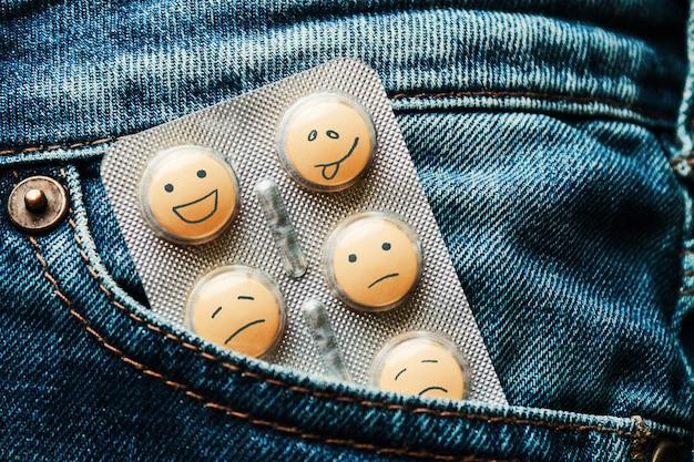Comprimidos no bolso da calça jeans. conceito de antidepressivos
