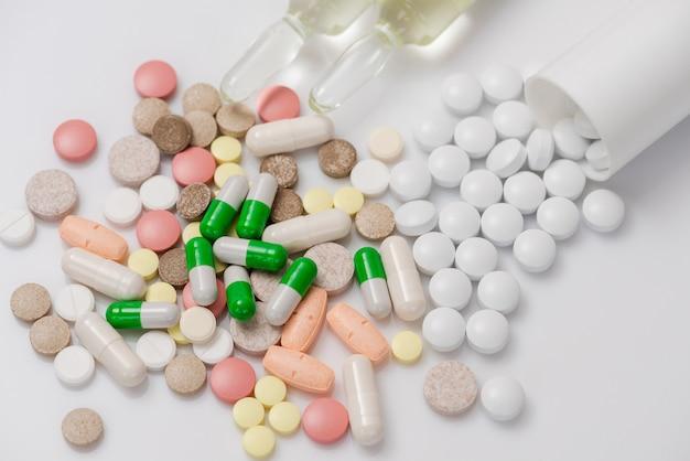 Comprimidos ou cápsulas de medicamento.