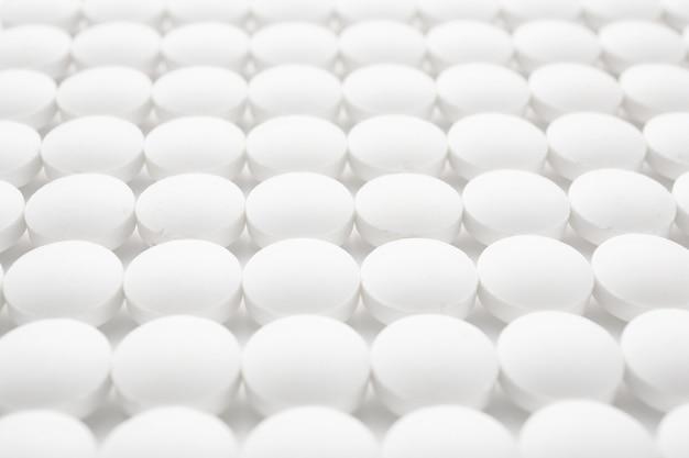 Comprimidos redondos brancos, close-up