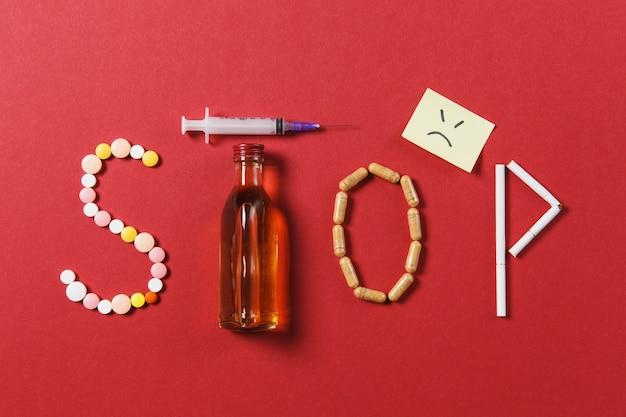 Comprimidos redondos brancos de medicação na palavra stop