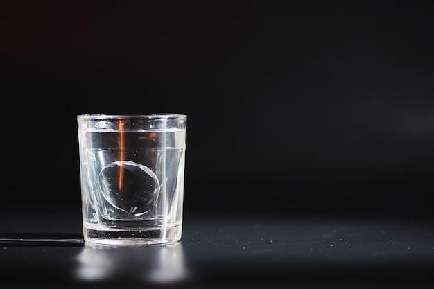 Comprimidos solúveis em água. o medicamento é solúvel. anti-ressaca. comprimidos efervescentes em um copo.