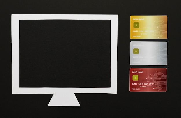 Computador com cartões e cópia-espaço
