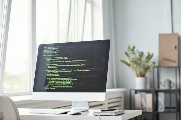 Computador com código no escritório