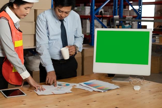 Computador com tela verde no depósito do armazém