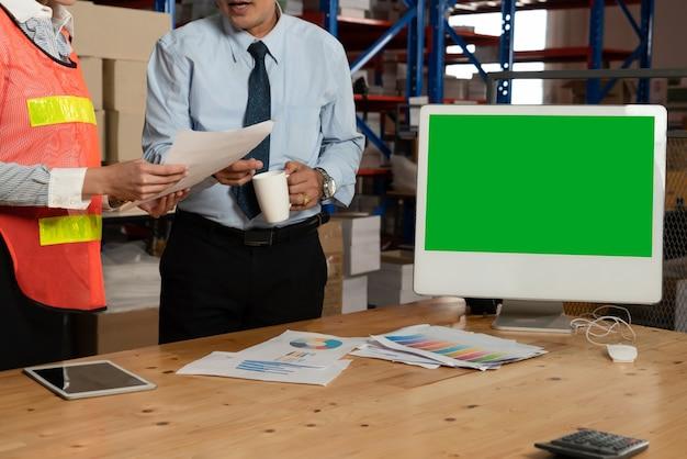 Computador com tela verde no depósito do depósito