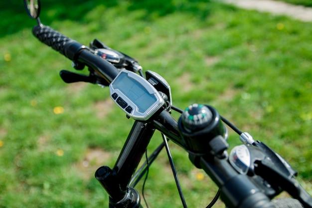 Computador de bicicleta no guidão. ferramenta digital de medição de velocidade e distância de bicicleta