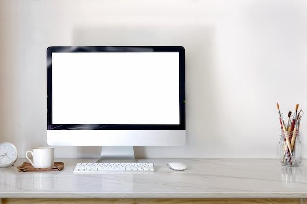Computador de secretária na mesa de mármore com café e espaço da cópia.