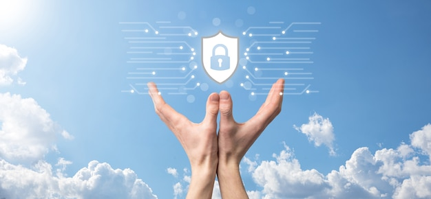 Computador de segurança de rede de proteção e seguro seu conceito de dados, ícone de proteção de escudo de exploração de empresário. símbolo de cadeado, conceito sobre segurança, cibersegurança e proteção contra perigos