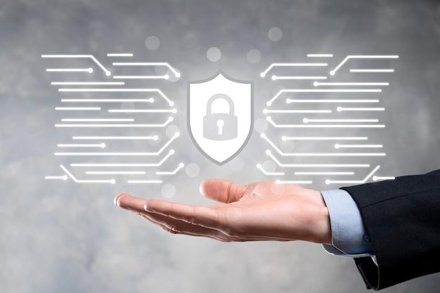 Computador de segurança de rede de proteção e seguro seu conceito de dados, ícone de proteção de escudo de exploração de empresário. símbolo de cadeado, conceito sobre segurança, cibersegurança e proteção contra perigos.