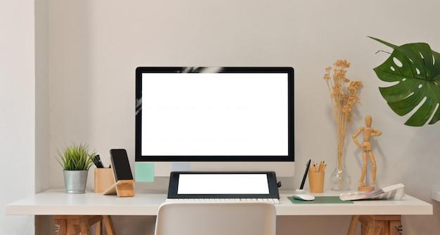 Computador de tela em branco e tablet no quarto do escritório moderno