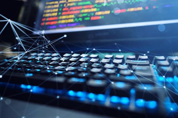 Computador de um programador com código de linhas de software