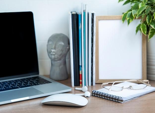 Computador desktop de escritório com material de escritório na mesa