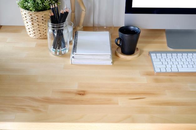 Computador desktop de mesa de madeira do escritório. acessório de escritório