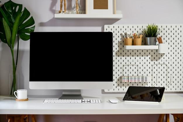 Computador desktop do mockup do espaço de trabalho do sótão e dispositivo mínimo.