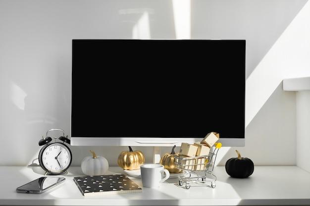 Computador desktop moderno com decoração de outono