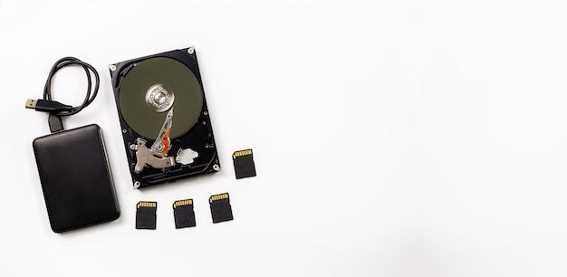 Computador e dispositivo de disco rígido em fundo branco