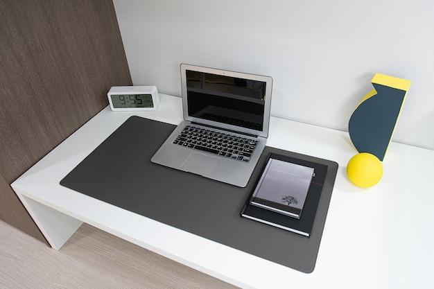 Computador e mesa na sala de estar interna