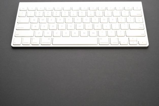 Computador em uma mesa escura. papel de parede