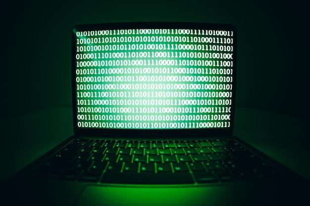 Computador laptop com vírus de tela de código binário ou malware para hackear servidor de internet. ataque cibernético