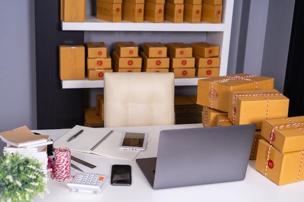 Computador laptop, ligado, tabela, e, pacote, caixa, pronto, para, expedição, para, clientes, em, escritório lar