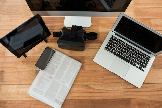 Computador, laptop, tablet digital, telefone celular, fone de ouvido virtual e jornal