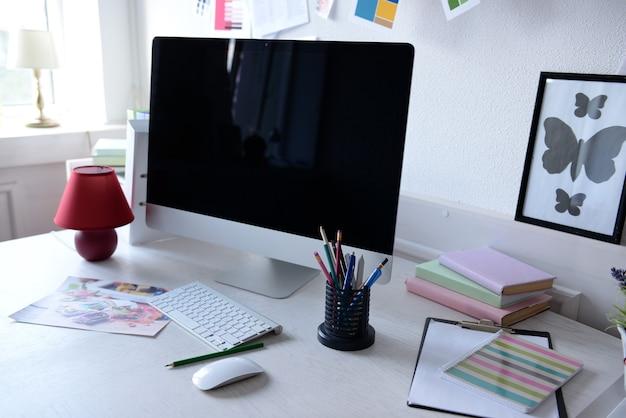 Computador moderno na mesa em sala decorada