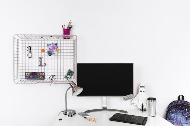 Computador no espaço de trabalho temático do espaço criativo