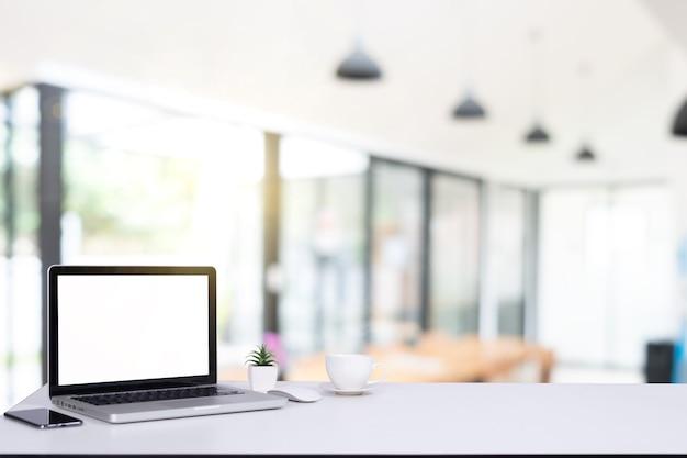 Computador notebook e mouse com uma cafeteria nos bastidores café desfocado, foto com efeito de reflexo solar em restaurante desfocado