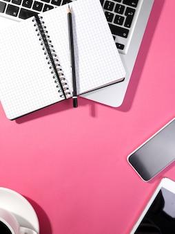 Computador portátil, bloco de notas, smartphone e tablet em cima da mesa