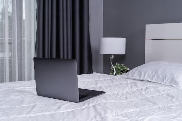 Computador portátil, cama Foto Premium