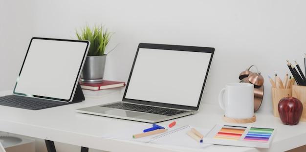 Computador portátil de tela em branco e tablet com estacionário e decorações