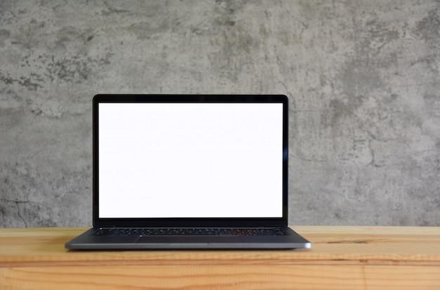 Computador portátil de tela em branco na mesa de trabalho vista frontal em estilo de quarto loft