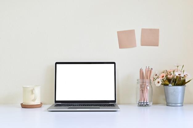 Computador portátil do espaço de trabalho e fonte de escritório na mesa de escritório
