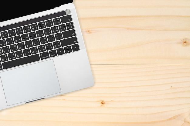 Computador portátil em madeira marrom.