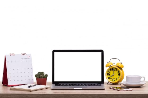 Computador portátil moderno, xícara de café, despertador, notebook e calendário na mesa de madeira ... tela em branco para montagem de exibição de gráficos