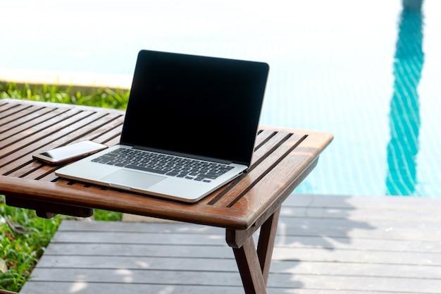Computador portátil na mesa de madeira