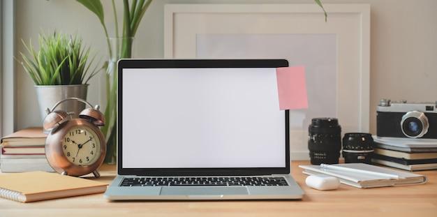 Computador portátil no local de trabalho mínimo fotógrafo