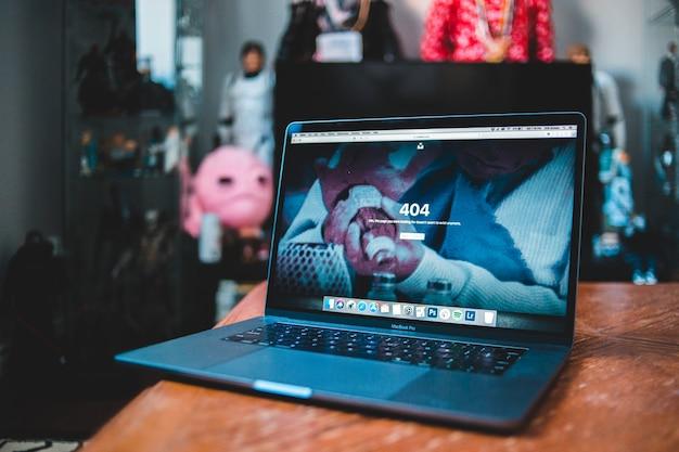 Computador portátil preto e azul